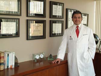 Dr. Alejandro Quiroz is one of only a few prominent, truly International Plastic and Reconstructive Surgeons Licensed in his field in both the US and Mexico.